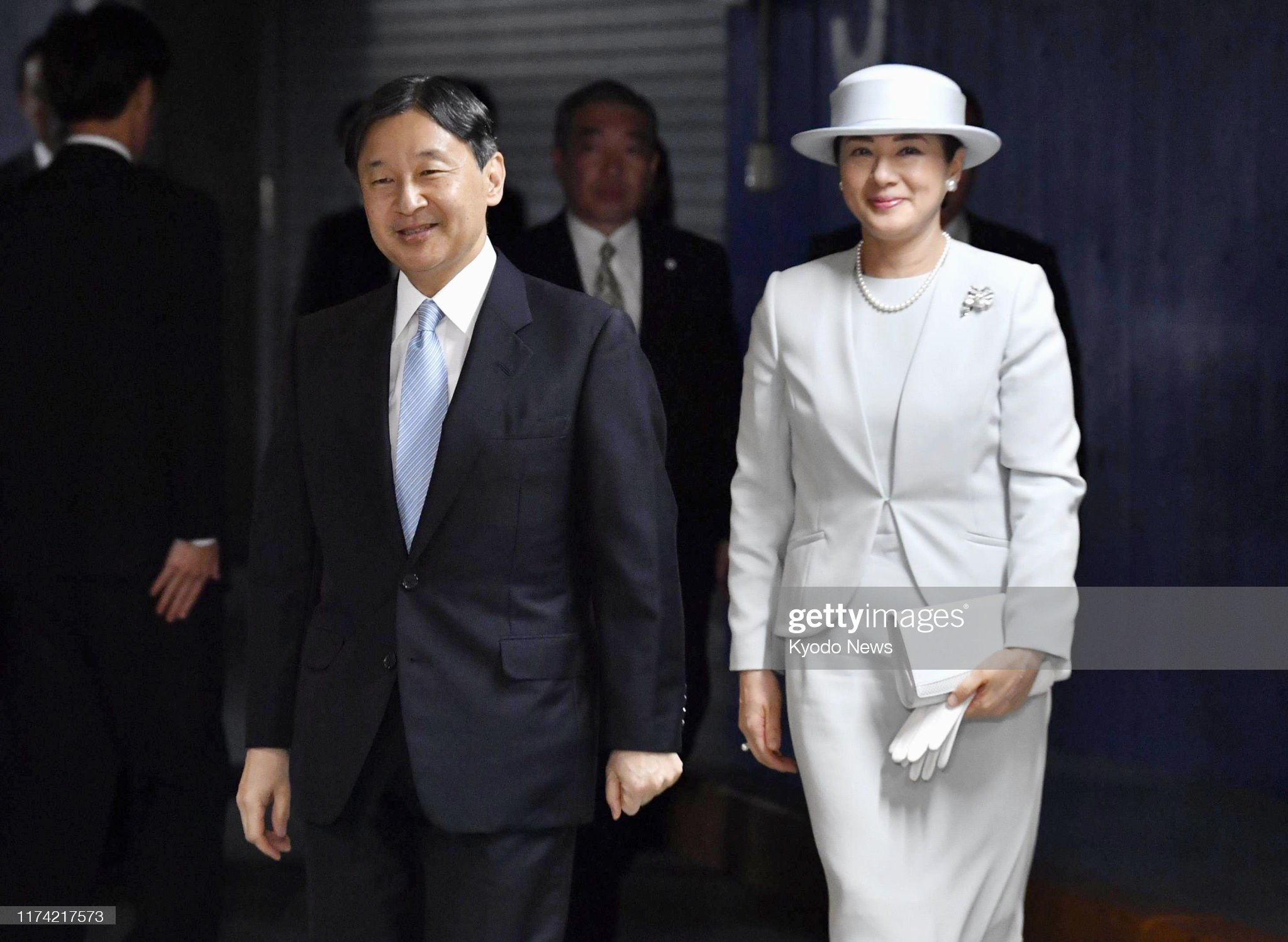 japanese-emperor-naruhito-and-empress-masako-arrive-at-the-venue-for-picture-id1174217573