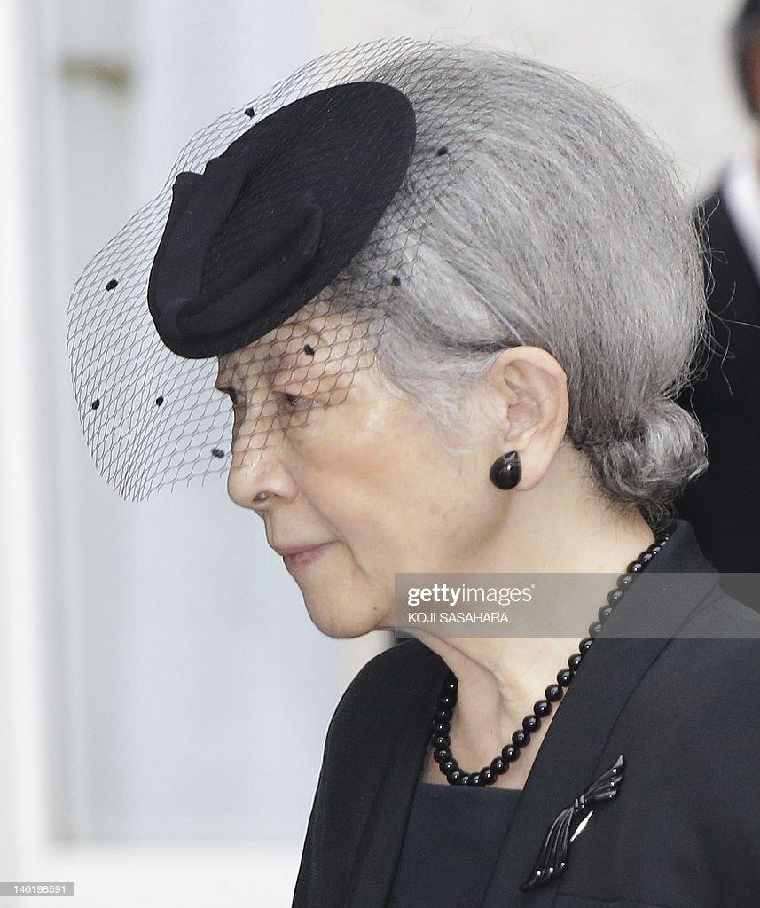 Japanese Empress Michiko leaves with Emp : News Photo