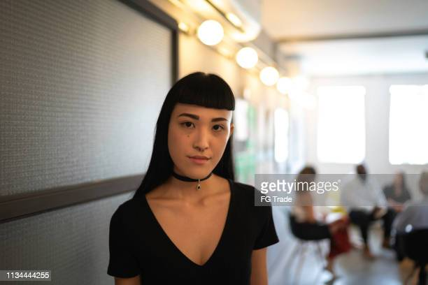 japanse etniciteit vrouw portret bij startup modern office - oprichter stockfoto's en -beelden
