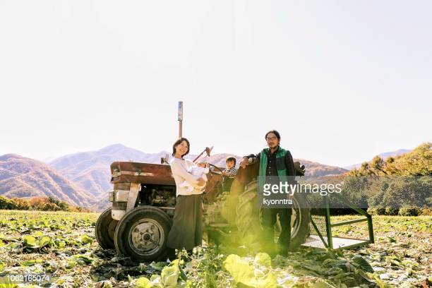 japanische familien - landwirtschaftliche tätigkeit stock-fotos und bilder
