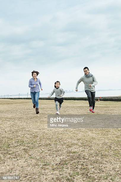 japanese family at a park. - femme entre deux hommes photos et images de collection