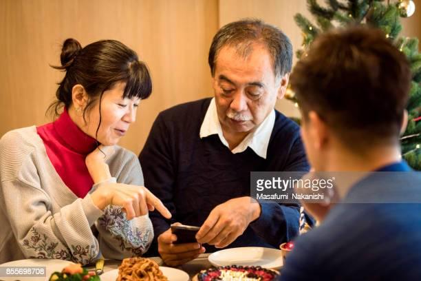 日本の家族がクリスマスを楽しんでいます
