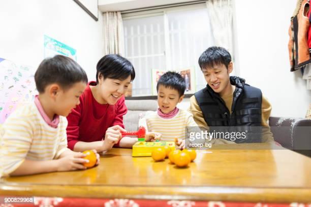 日本の家族が一緒にゲームをプレイ