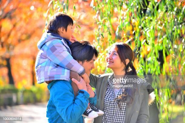 日本の家族が上野公園の秋の色でリラックス