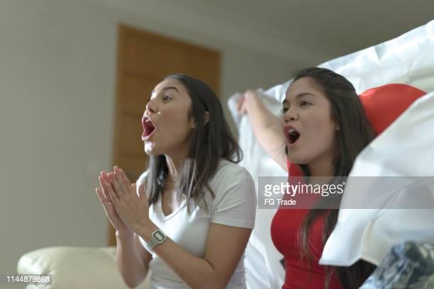 日本のファンがスポーツを見て、家で祝う - 応援 ストックフォトと画像