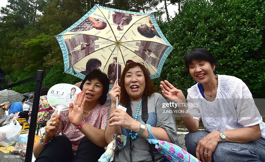 Japanese fans of South Korean actor Bae Yong-Joon pose for a