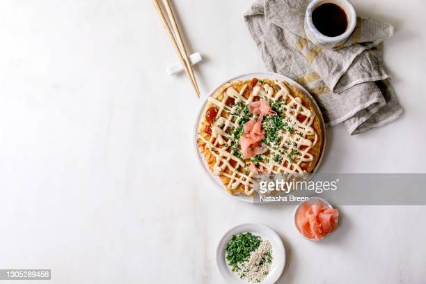japanese fast food okonomiyaki - okonomiyaki stock pictures, royalty-free photos & images