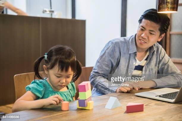 日本人の父と娘のおもちゃのブロックで演奏