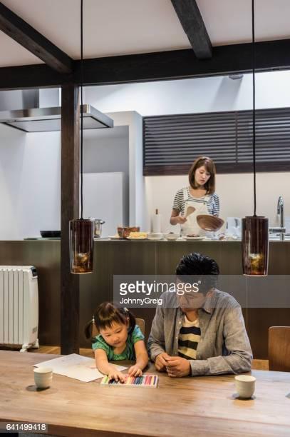 日本人の父と娘のテーブルに座って