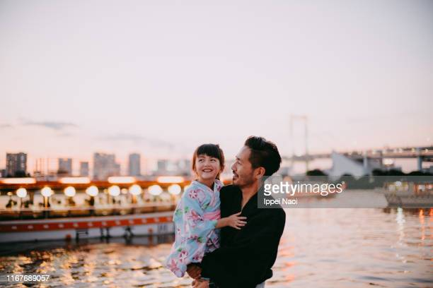japanese father and preschool daughter wearing kimono on boat, tokyo - 愛 ストックフォトと画像