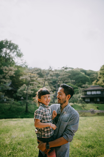 Japanese father and preschool mixed race daughter smiling at camera - gettyimageskorea