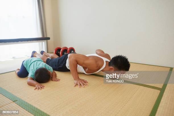 日本人の父と息子部屋で訓練しました。
