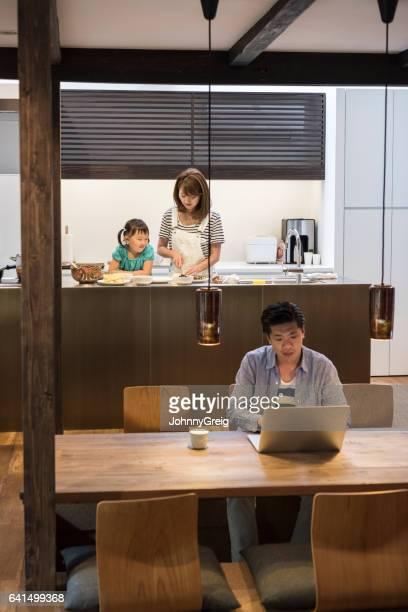 バック グラウンドでノート パソコン、女性、女の子を使用して日本の父