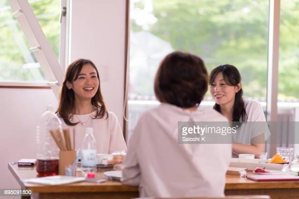日本の女友達が家で昼食 - 少人数 ストックフォトと画像