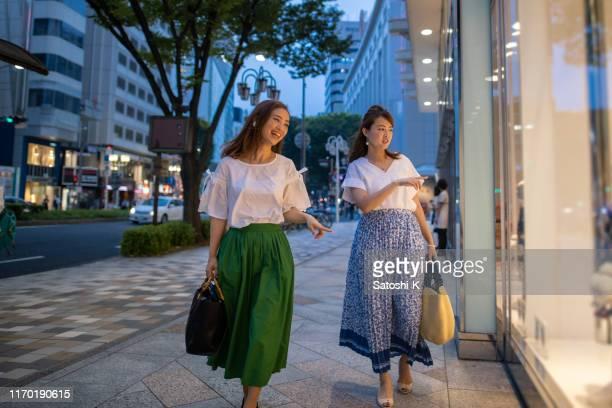 都会で買い物をする日本人女性の友達 - 百貨店 ストックフォトと画像