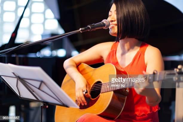日本の女性ミュージシャン、ギターを演奏し、歌う - 歌手 ストックフォトと画像
