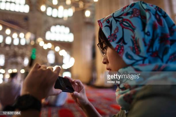 japonês feminino viajante para tirar fotografias na mesquita - mesquita - fotografias e filmes do acervo