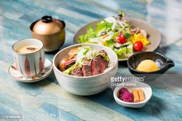comida japonesa, tazón de carne wagyu en arroz - washoku fotografías e imágenes de stock