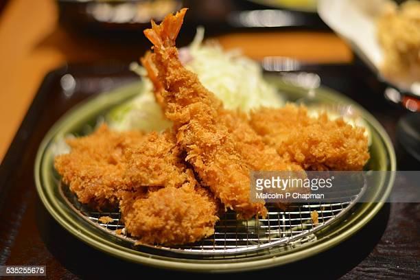 japanese food - tonkatsu and prawn ebi-furai - tonkatsu photos et images de collection