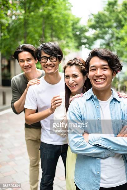Japanische Freunden Freude alle zusammen in Tokio