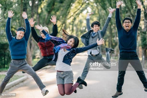 日本人の友達が一緒にジャンプ