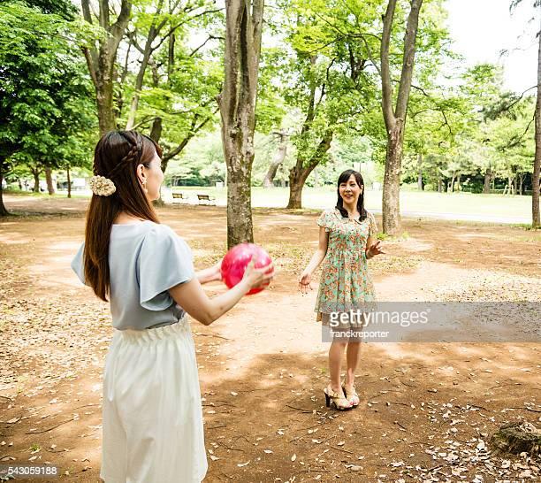 Japanische Freunden palying-volleyball auf den parken Tokio