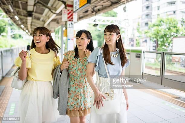 日本のご友人とご一緒に、駅から徒歩 - 地下鉄のプラットホーム ストックフォトと画像