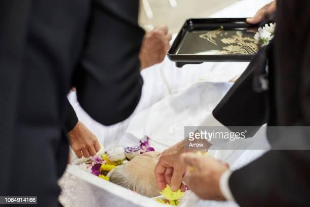 japanese funeral ceremony - cercueil photos et images de collection