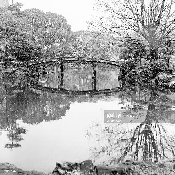 日本庭園とブリッジにわか雪(モノクロ)