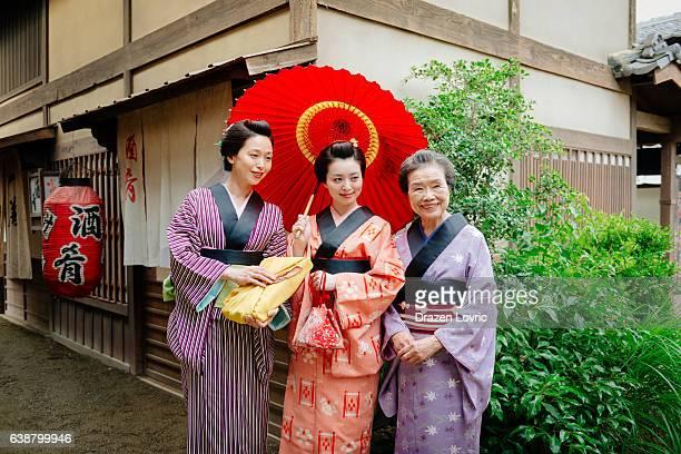 日本のゲイシャ、板井女性の伝統的な着物