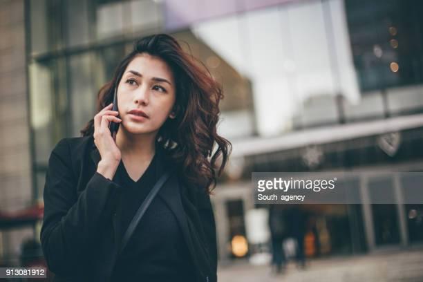 携帯電話で日本の女の子 - ジャケット ストックフォトと画像