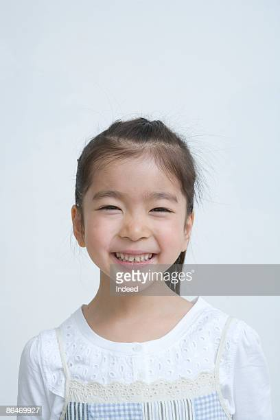 japanese girl (6-7) smiling, portrait - kindertijd stockfoto's en -beelden