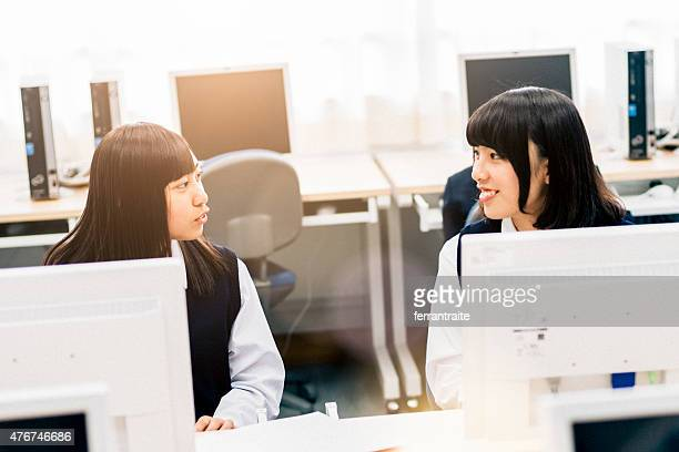 日本女性の学生のコンピュータラボ