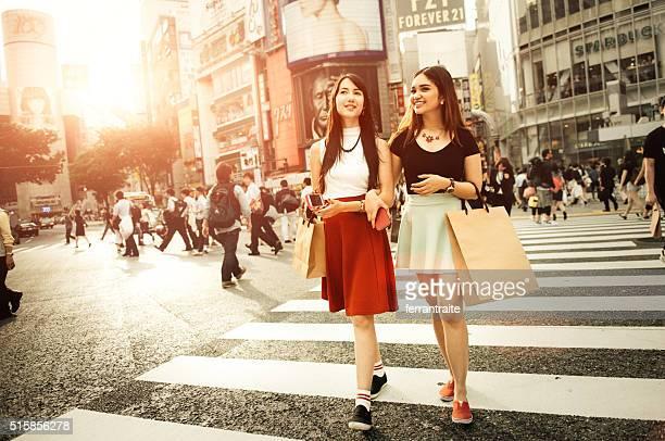 Japanische Freundinnen Einkaufen in Shibuya in Tokio