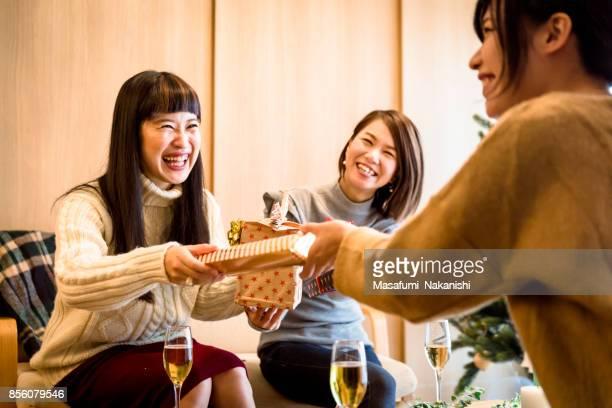 プレゼント交換を楽しむ日本の女の子 - 贈り物 ストックフォトと画像