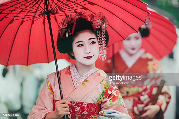 japanese girls in kimonos - japan stockfoto's en -beelden
