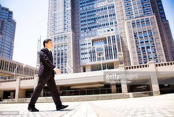 japanese government worker walking to work tokyo city hall - politiek en staatsbestuur stockfoto's en -beelden