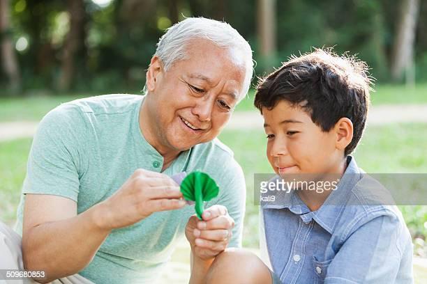 Japanische Großvater und Enkel
