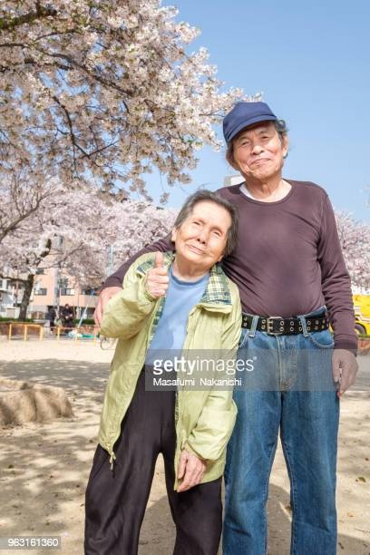 japanische glücklich senior porträt - istock stock-fotos und bilder