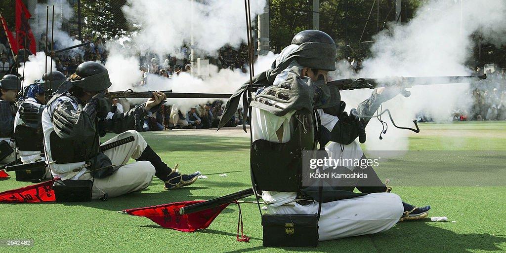 Japanese Harquebusiers and Samurai re-enact a battle scene : News Photo