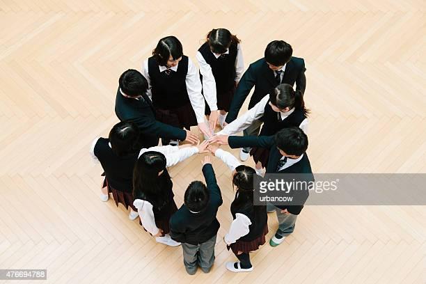 Enfants de l'école japonais, dix jeunes enfants, cercle des mains