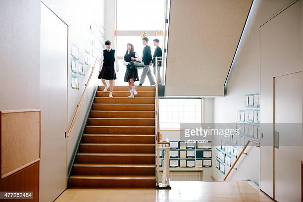日本の高校ます。4 つの階段の学生ダウン、フロントの眺め