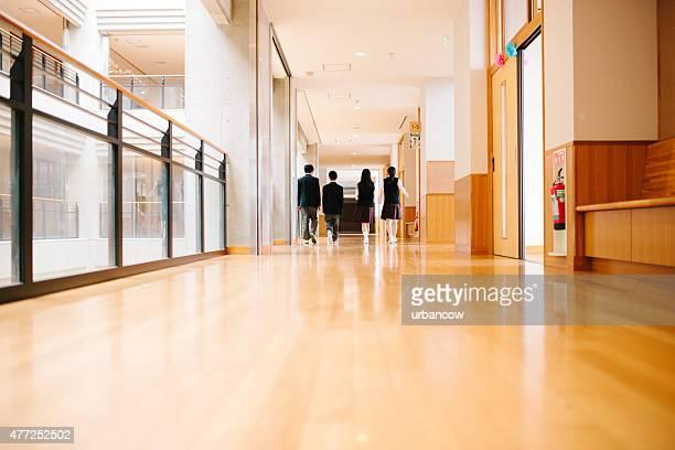 japonês liceu. quatro alunos percorrer corredor, vista traseira - patio de colegio imagens e fotografias de stock
