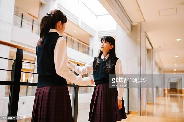 Japonais lycée.   Étudiants de discussion, le couloir du premier étage, avec vue sur l'atrium