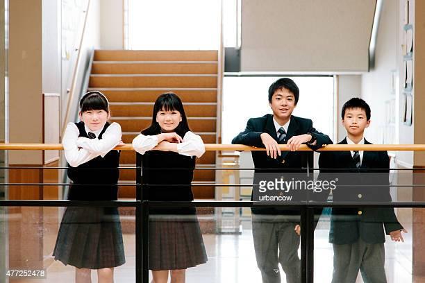 日本の高校ます。 学生チャット、1 階の廊下、アトリウムを一望する