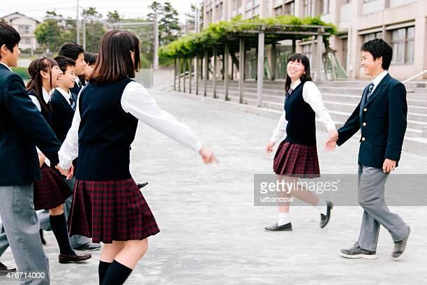 日本の高校ます。 学生のエクササイズ、屋外では、プレイグラウンドの建物の外観 - 制服 ストックフォトと画像