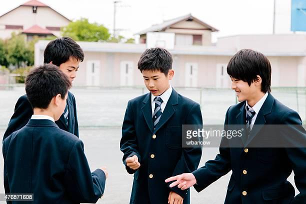 日本の高校ます。学生のエクササイズ、屋外のプレイグラウンドゲーム、breaktime - 制服 ストックフォトと画像