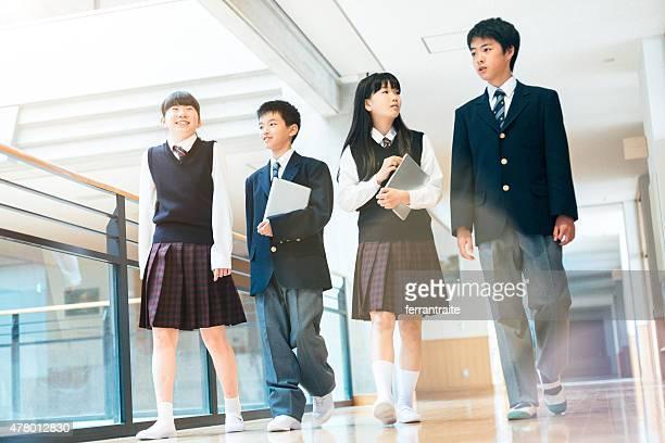 日本の高校生垂れ下がる出力間でのクラス - 制服 ストックフォトと画像