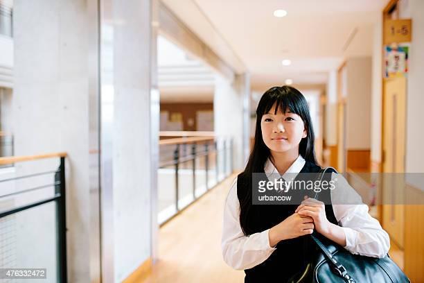 japonês liceu. jovem estudante carregar uma mala de ombro - patio de colegio imagens e fotografias de stock