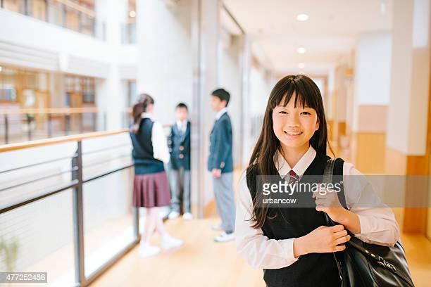 日本の高校ます。3 人の若い学生、ご友人とご一緒に、背景